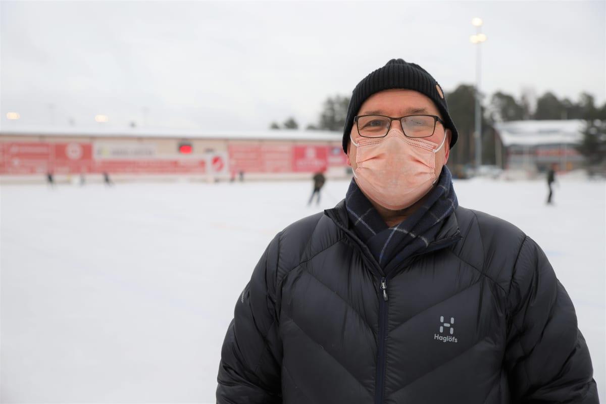 Jääpallopioneeri Erkki Väkiparta Porin Narukerän jääradalla.