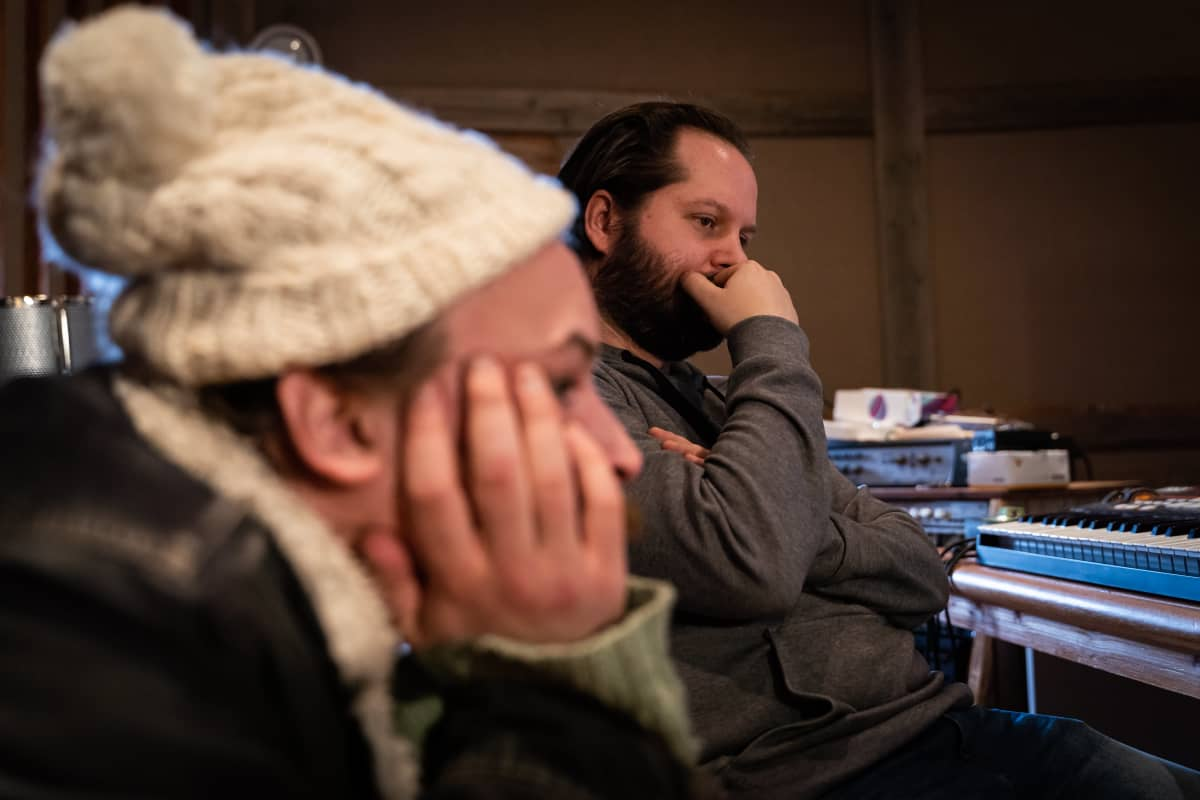 Lassi Valtonen ja Tapio Ylinen istuvat studiossa ja kuuntelevat musiikkia