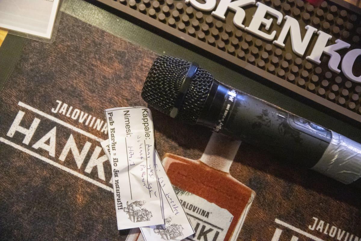 karaokelappuja ja mikrofoni.