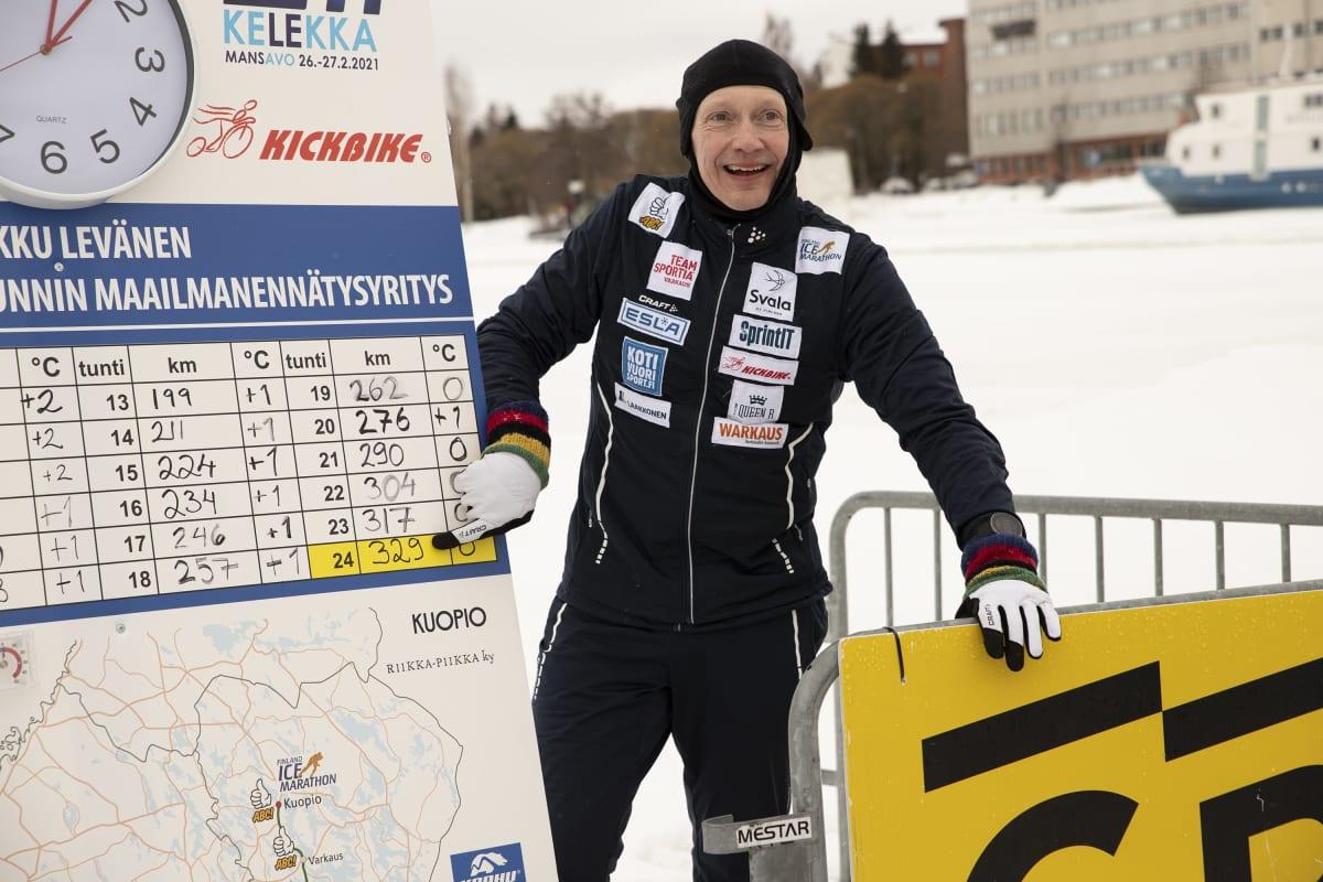 Potkukelkkailija Markku Levänen tulostaulun edessä Kuopion satamassa.