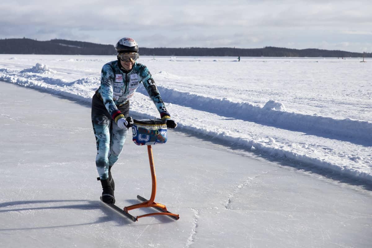 Varkautelainen Markku Levänen potkukelkkailee Kuopion satamassa.