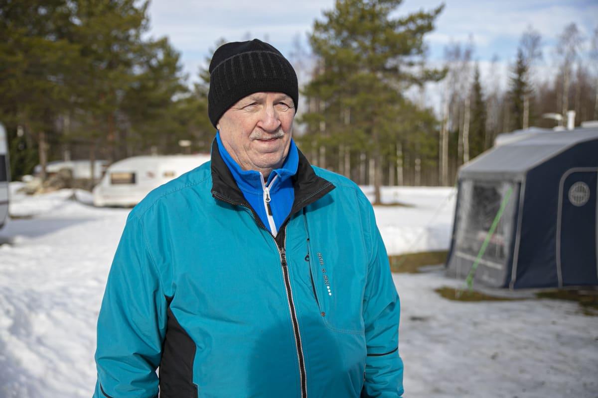 Juha Lemberg karavaanialueella Tammelassa.