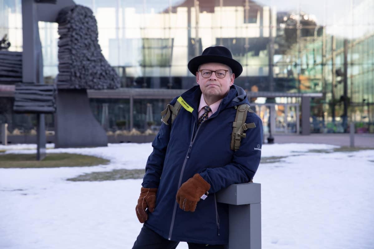 Juhana Vartiainen musiikkitalon edessä