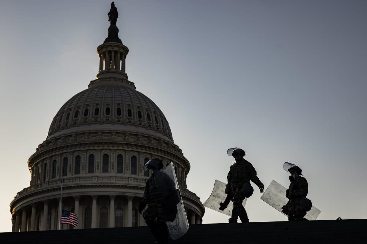 Kansalliskaartin sotilaita kongressitalolla Washingtonissa 13. tammikuuta.