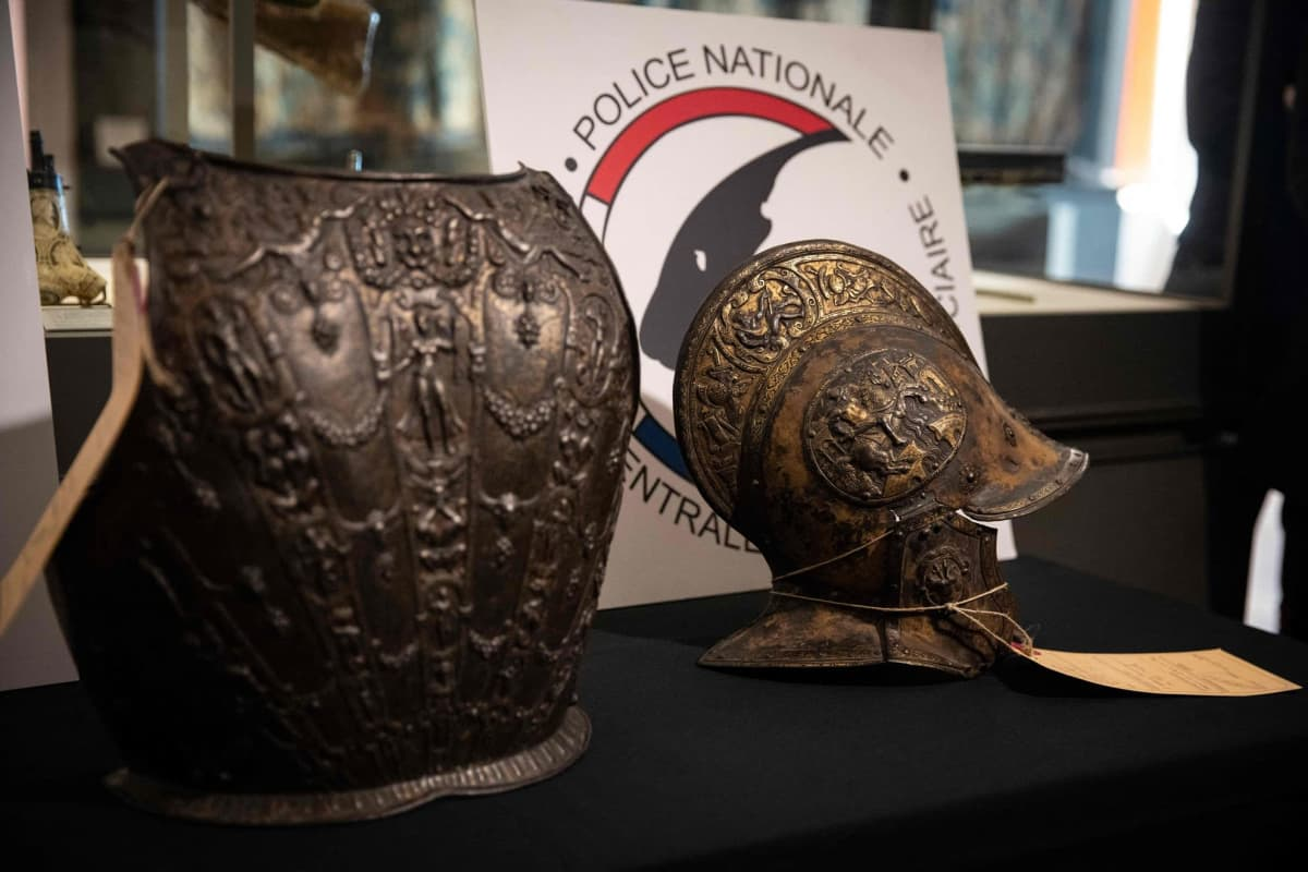 Yksityiskokoelmasta hiljattain löytyneet rintahaarniska ja kypärä oli lahjoitettu alun perin Louvren taidemuseolle vuonna 1922.