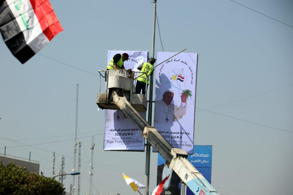 Bagdadissa liimailtiin maanantaina paavin vierailusta kertovia julisteita.