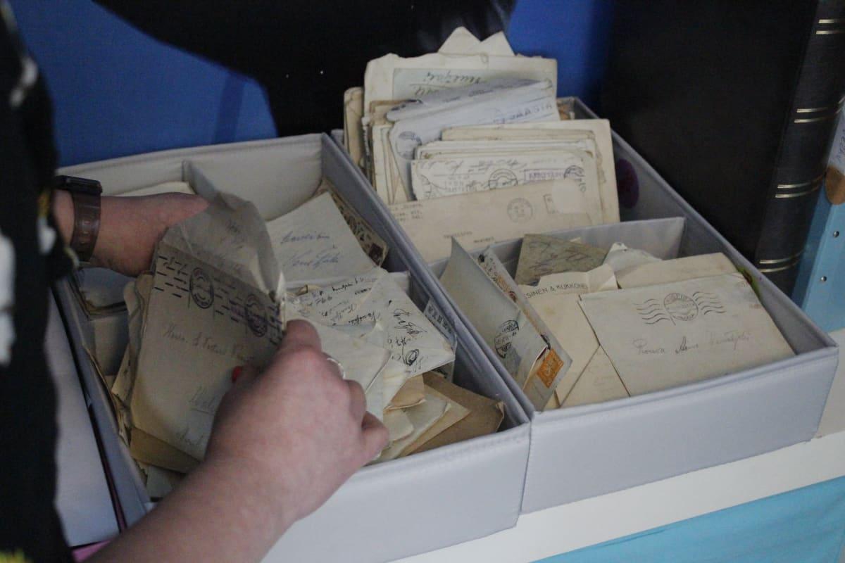 Vanhoja kirjeitä työhuoneessa olevassa laatikossa.