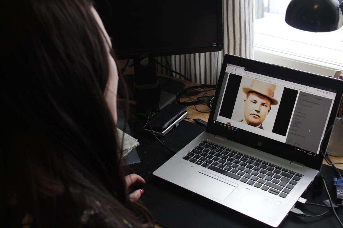 Sukututkimusta harrastava Anu Järvinen käyttää MyHeritage-verkkopalvelun animaatiotyökalua.