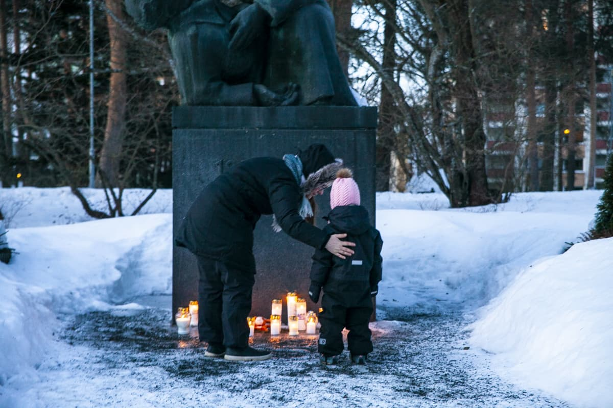 Kuopiossa kynttilät tuotiin kaupungin keskustassa olevan Sankaripuiston Haavoittunut sotilas -patsaan luokse.