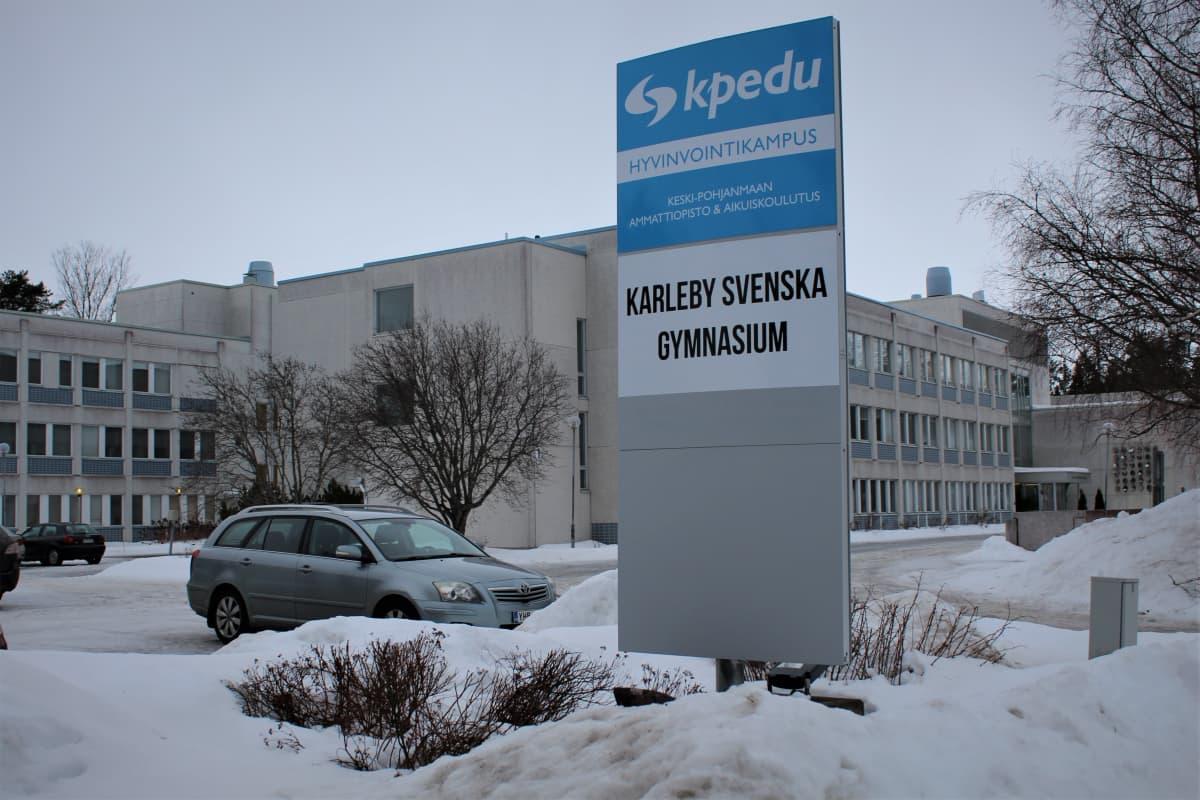Parkering utanför en skolbyggnad.