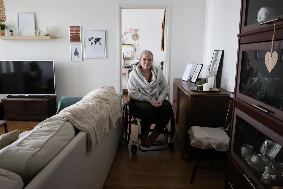 Kotkalainen Saara Niemi asunnossaan.