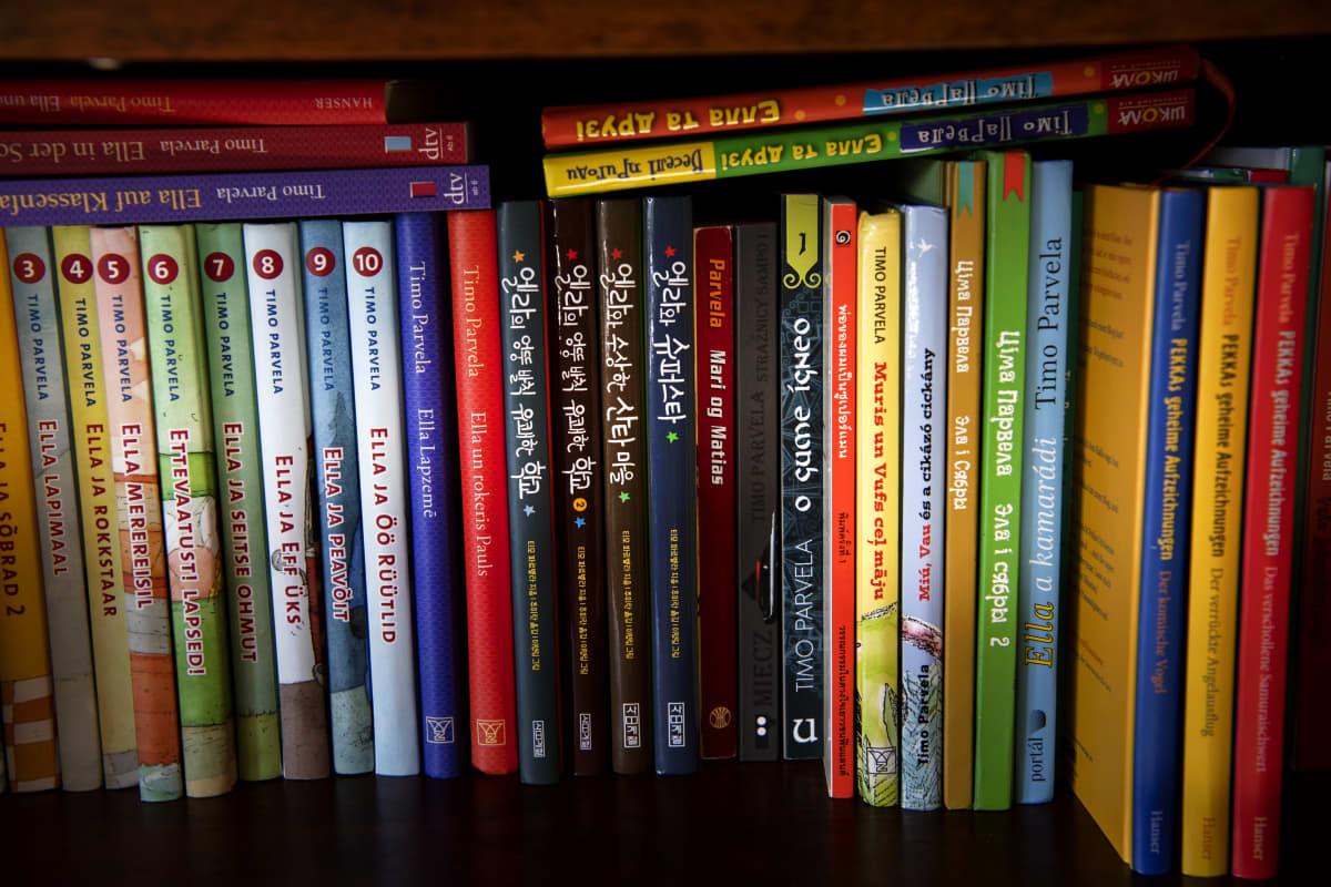 Timo Parvelan eri kielille käännettyjä kirjoja kirjahyllyssä.