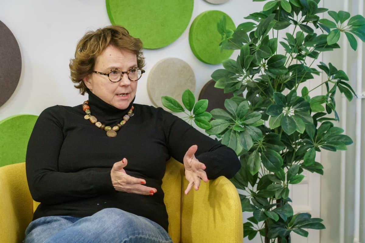 Euroopan historian professori ja Helsingin kaupunginvaltuutettu Laura Kolbe Keskustapuolueen striimausstudiossa.