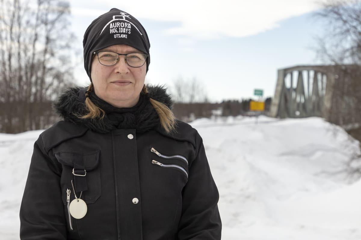 Tiina Patokoski Suomesta Ruotsiin menevän rautatiesillan kupeessa Torniossa