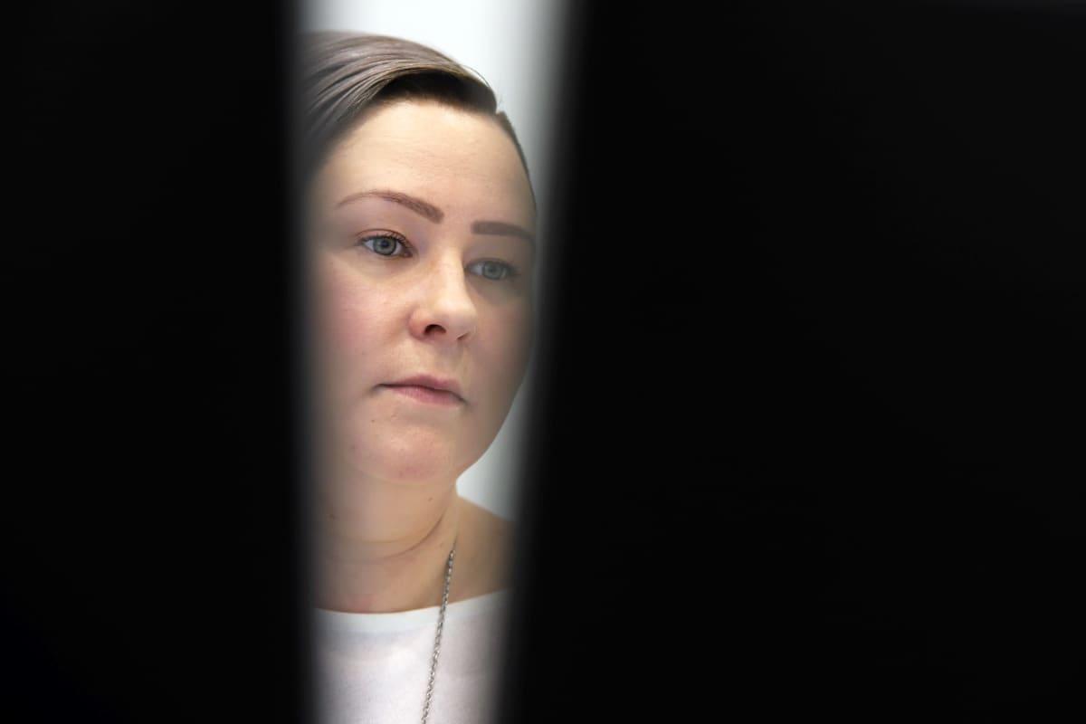Anna-Mari Hangas-Tuovinen työskentelee tietokoneella.