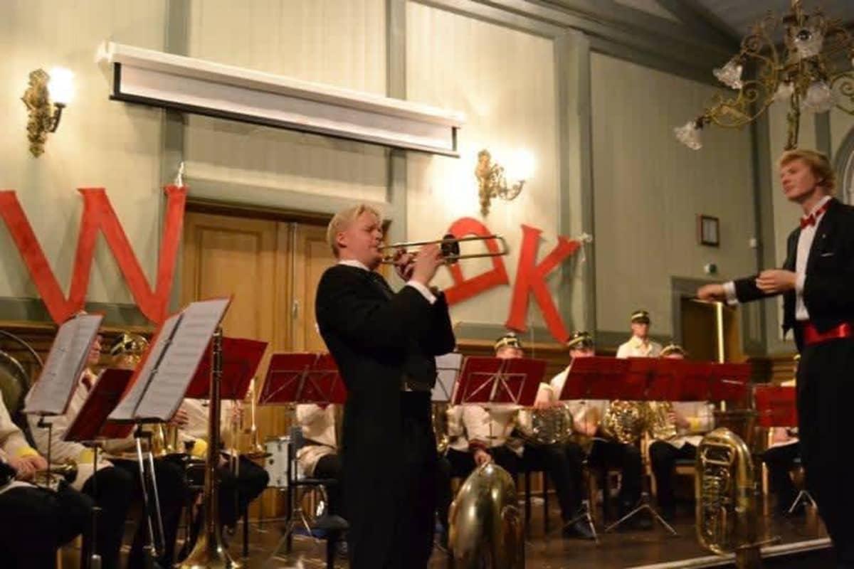 Visa Haarala soittaa trumpettia Retuperän wbk:n treeneissä, oikealla kapellimestarina Eero Lehtimäki.