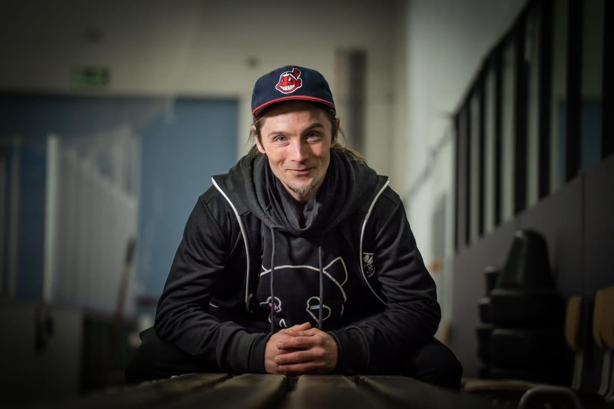 Juhani Saunio katsoo hymyillen kameraan lippalakki päässään.