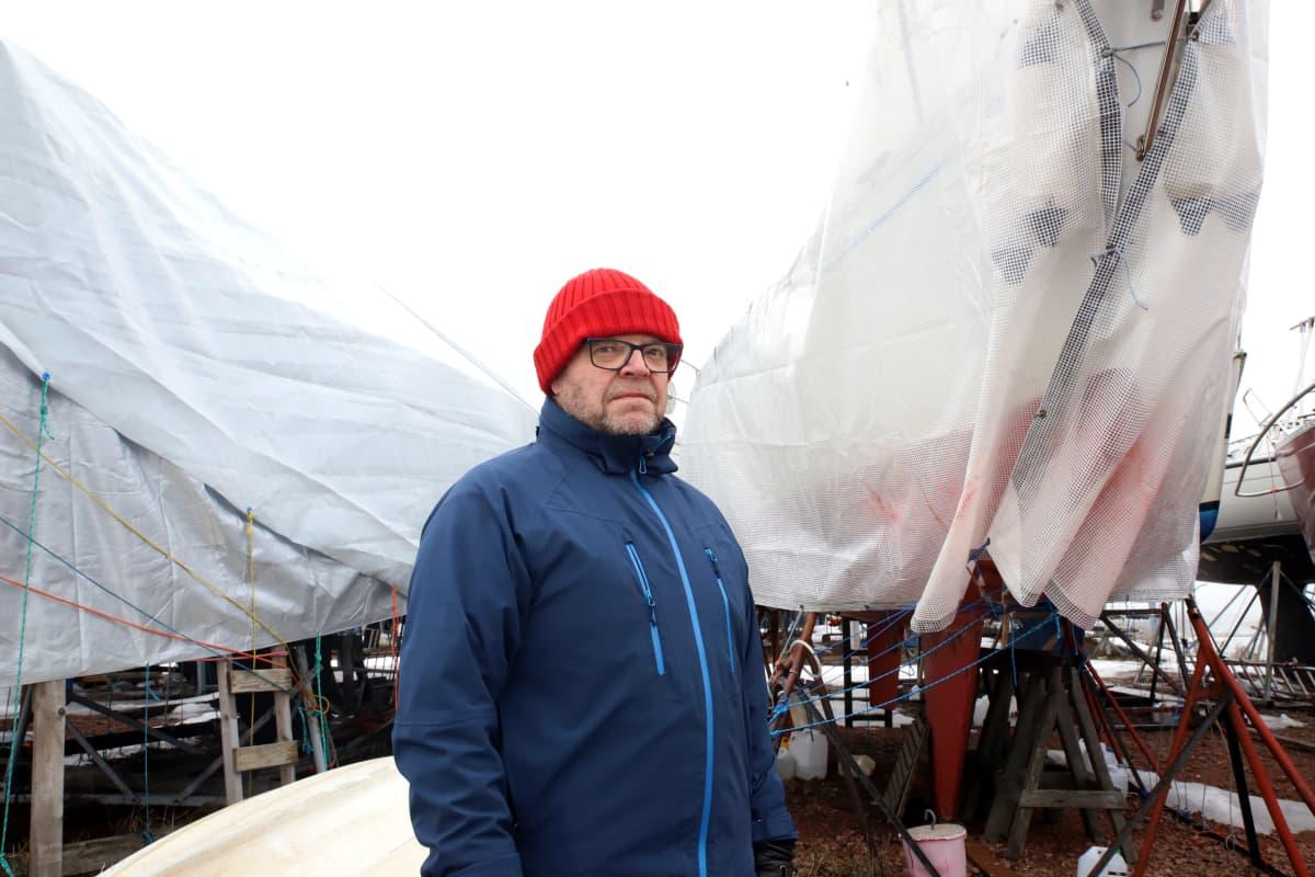 Kotkan pursiseuran Martti Mela talvisäilytyksessä olevien veneiden äärellä