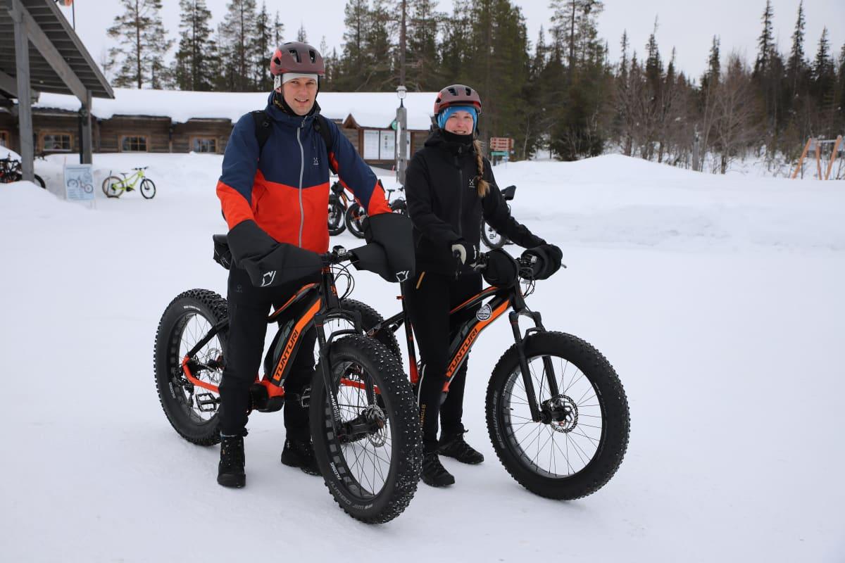 Teemu Joensuu ja Lilli Siikasmaa ovat lähdössä pyööräilemään Ylläksellä