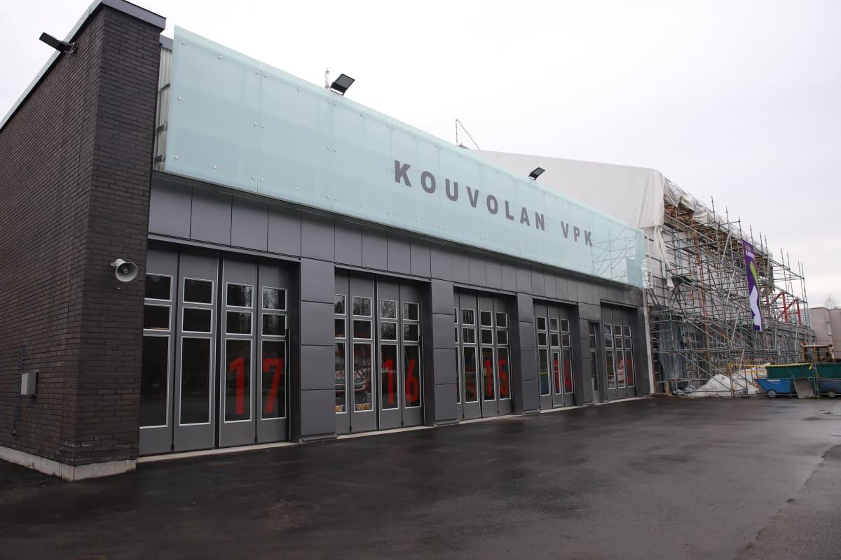 Kouvolan VPK:n uusi rakennus, vieressä paloaseman remontti