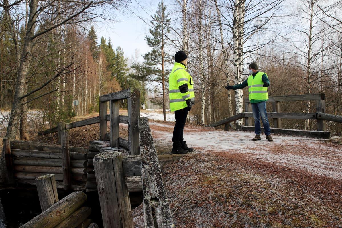 Tanja Mynttinen ja Jukka Tamminen seisovat vanhalla puusillalla.
