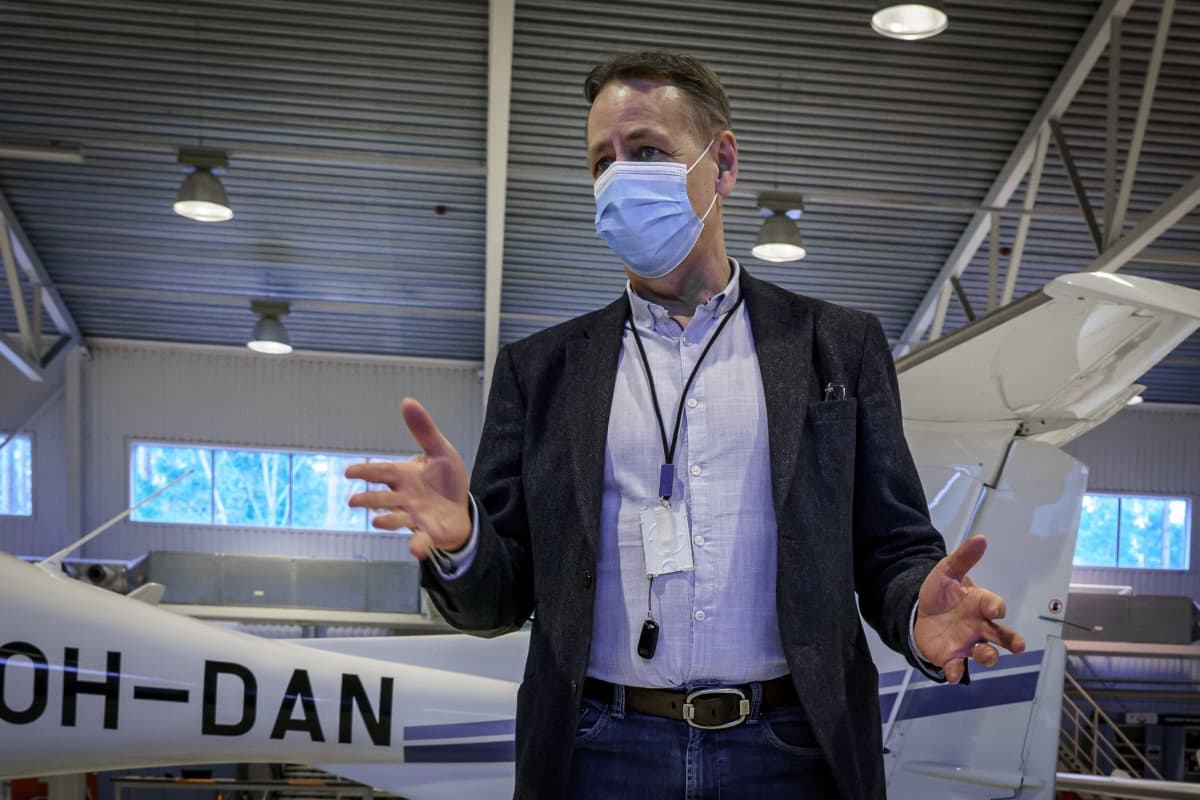 Suomen Ilmailuopiston toimitusjohtaja Juha Siivonenlentokonehallisa.