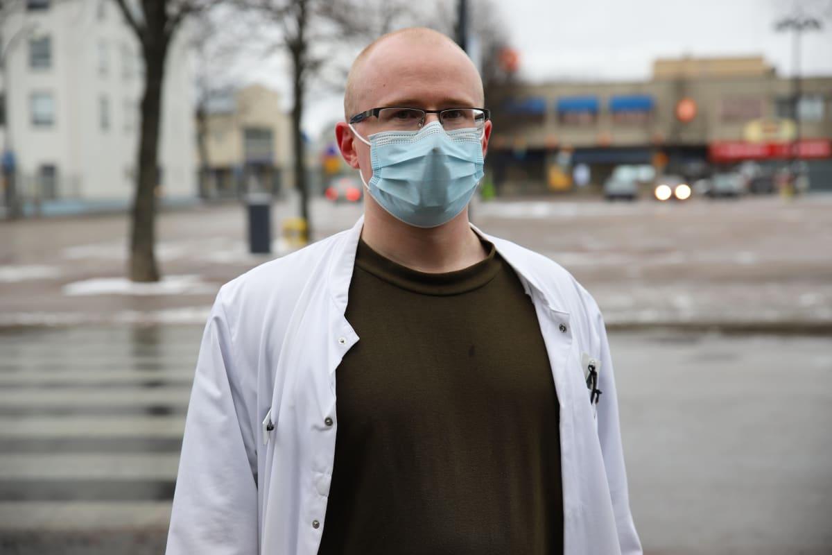 Haminan varuskunnan terveysasema päällikkölääkäri Ville Ronkainen.