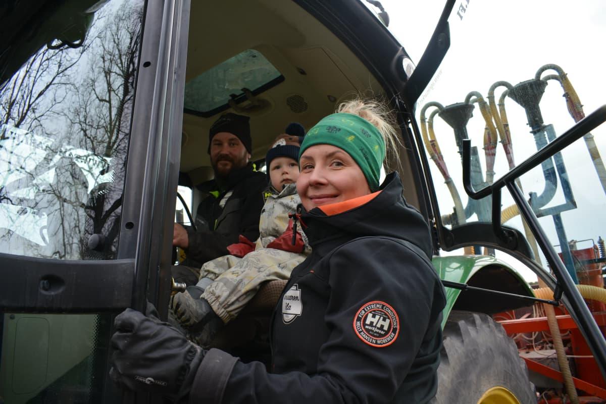 Stiina Lerkki ja Jaakko Tammelin poikansa kanssa.