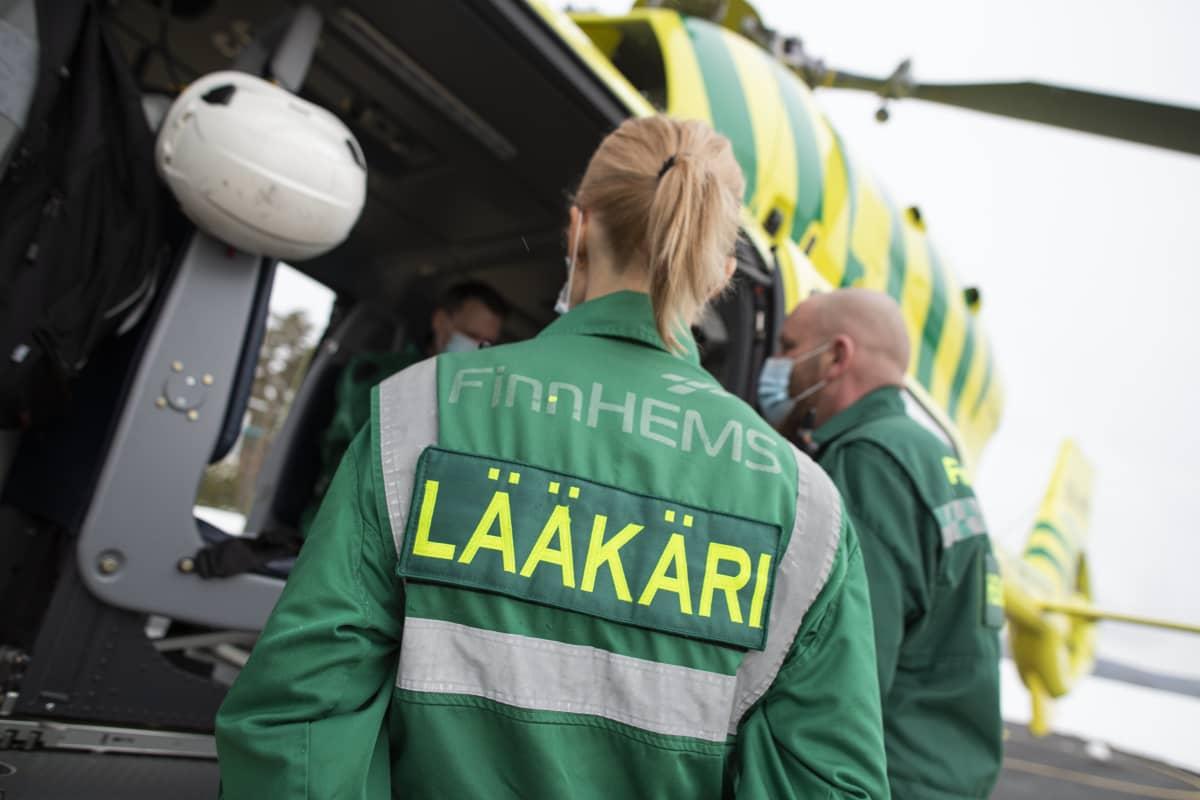 Lääkäri keskustelee helikopterihenkilökunnan kanssa.