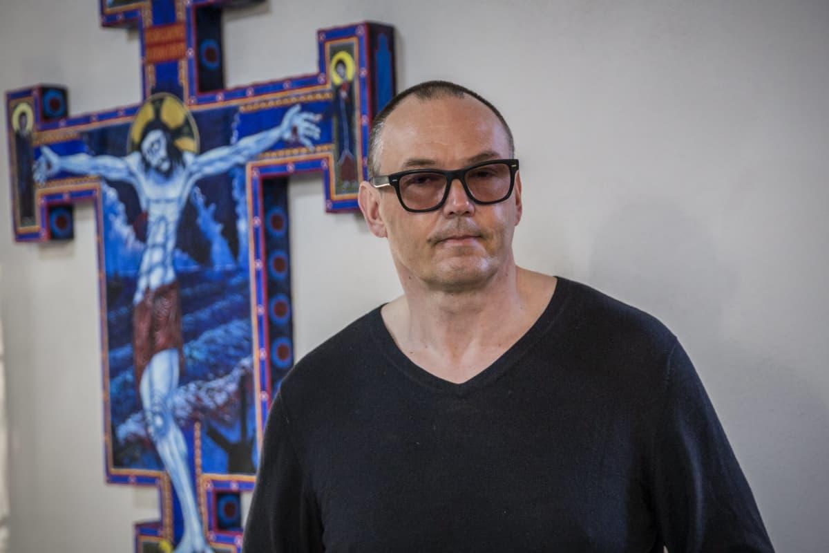 Taiteilija ja pappi Ilkka Sariola.
