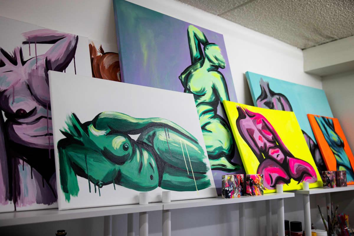 Mari Korpelan maalauksia alastomista naiskehoista