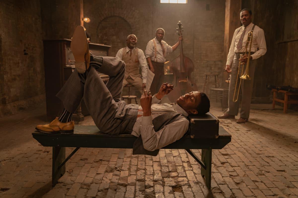 Näyttelijä Chadwick Boseman ja blues-muusikoita elokuvassa Ma Rainey's Black Bottom