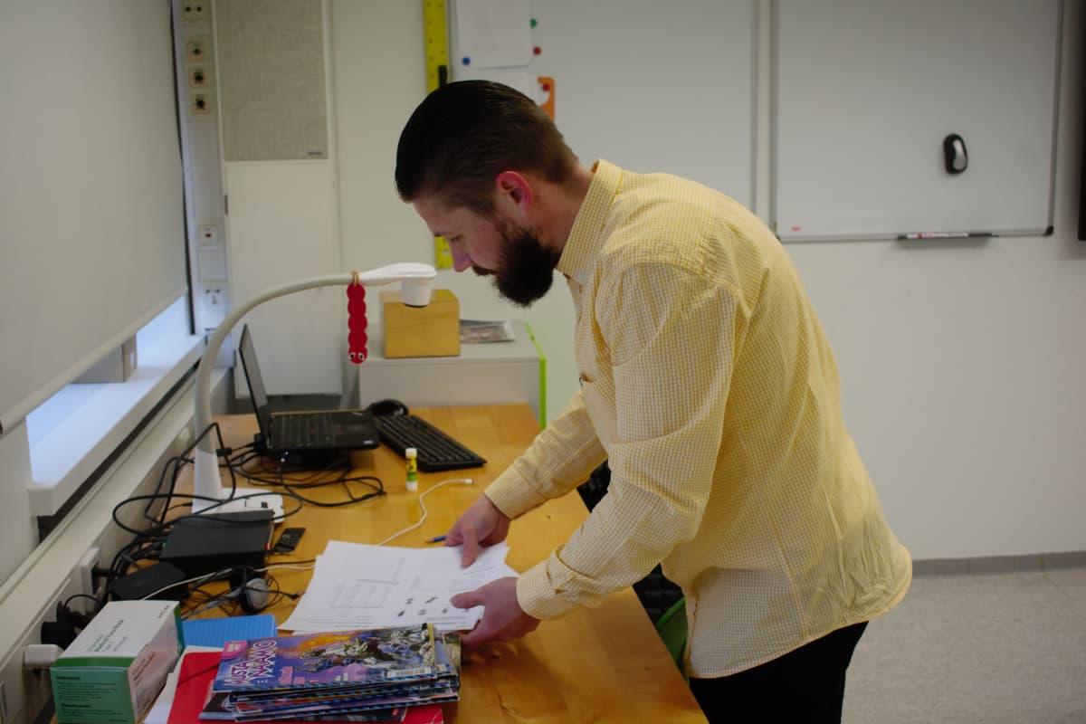 Erityisopettaja Anton Gustafsson työskentelee Nummenpakan alakoulussa Turussa.