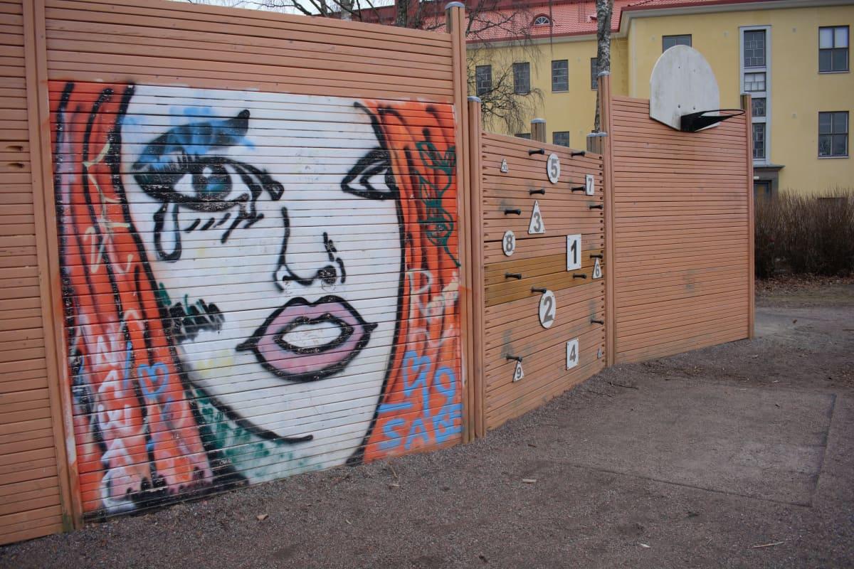 Nummenpakan koulun pihassa oleva taideteos.