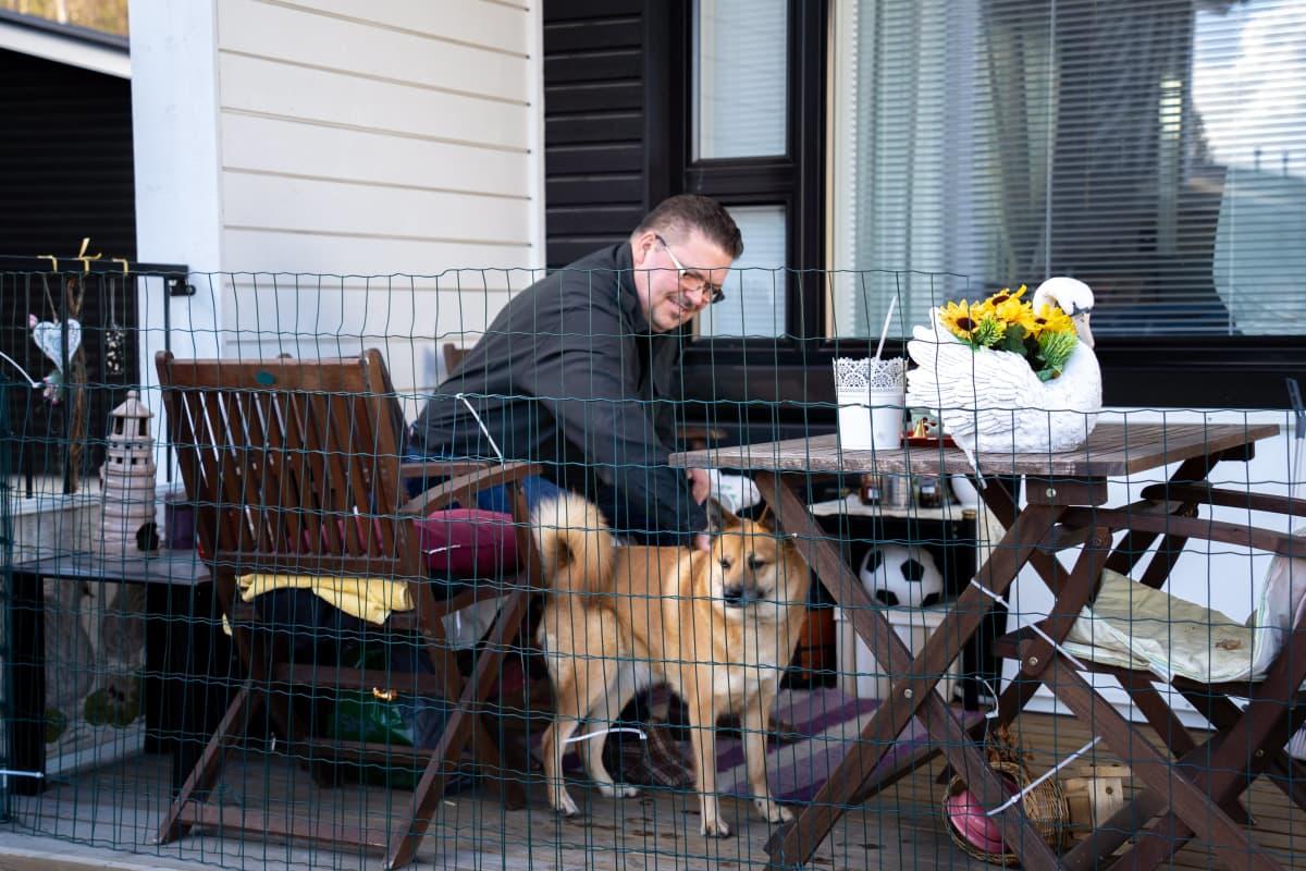 Juha Tuikka koiransa kanssa.