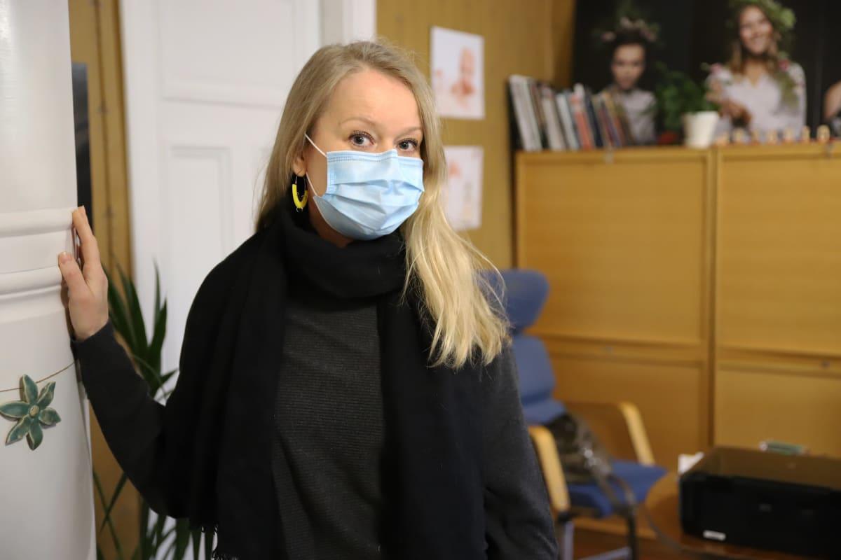 Valokuvaaja Ulla Korjala työhuoneellaan Kouvolassa.