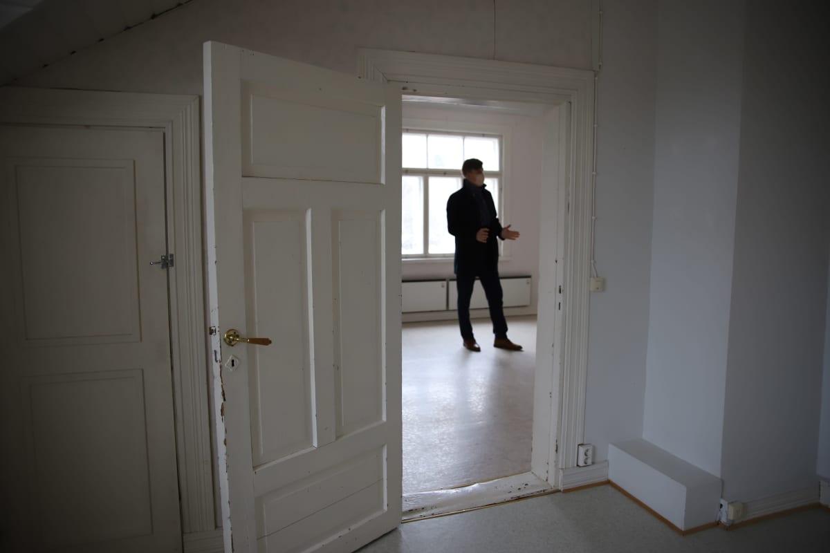 Mikko Parikka Museokorttelin Museokorttelin Varuskuntakatu 8. osoitteen rakennuksessa.