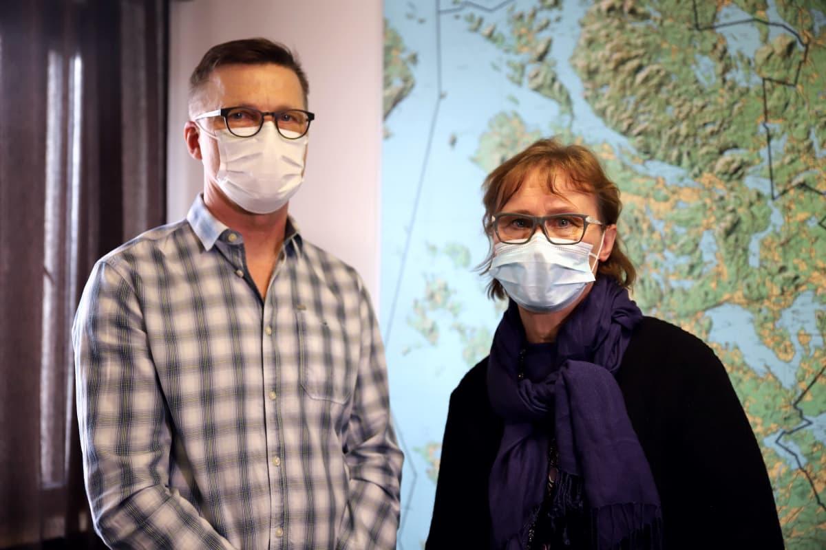 Sysmän yhtenäiskoulun rehtori Tuula Vuorinen ja pääluottamusmies Jari Häkkinen sisätiloissa kasvomaskit kasvoillaan.