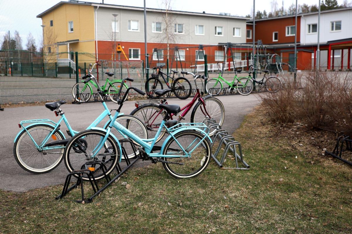 Polkupyöriä Sysmän yhtenäiskoulun pihalla.