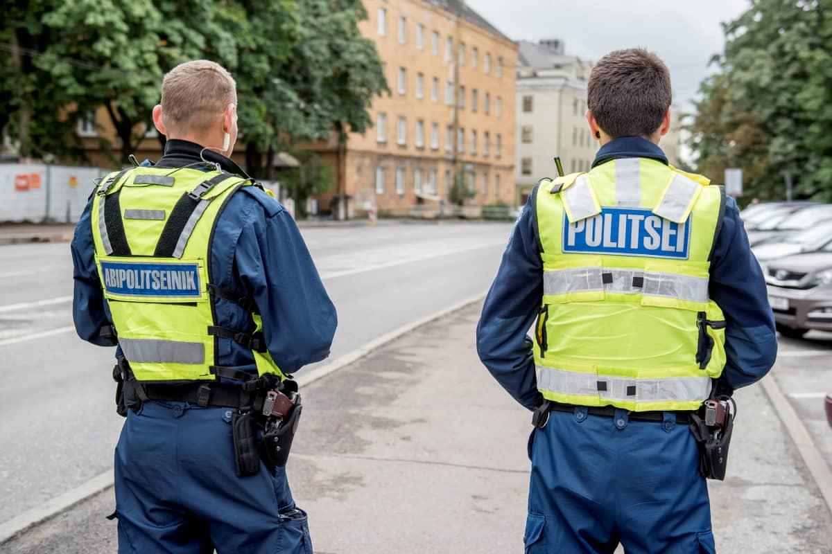 Virolainen apupoliisi ja poliisi valvovat yhdessä liikennettä.