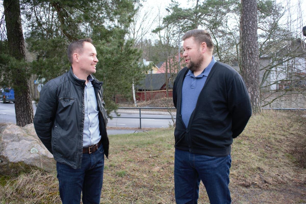 Yrittäjä Veli-Pekka Rajala ja Varpen tekninen johtaja Jussi Varpe suunnittelevat ryhmärakentamiskohdetta Uuteenkaupunkiin.