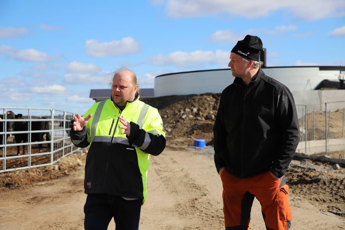 Janne Ekholm (vas.) ja Kyösti Marttila seisovat tilalla Jalasjärvellä.