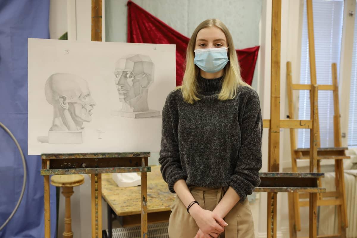 Kotkalainen Katja Fortuna ja hänen piirrustuksensa Repin-insituutissa Kotkassa.