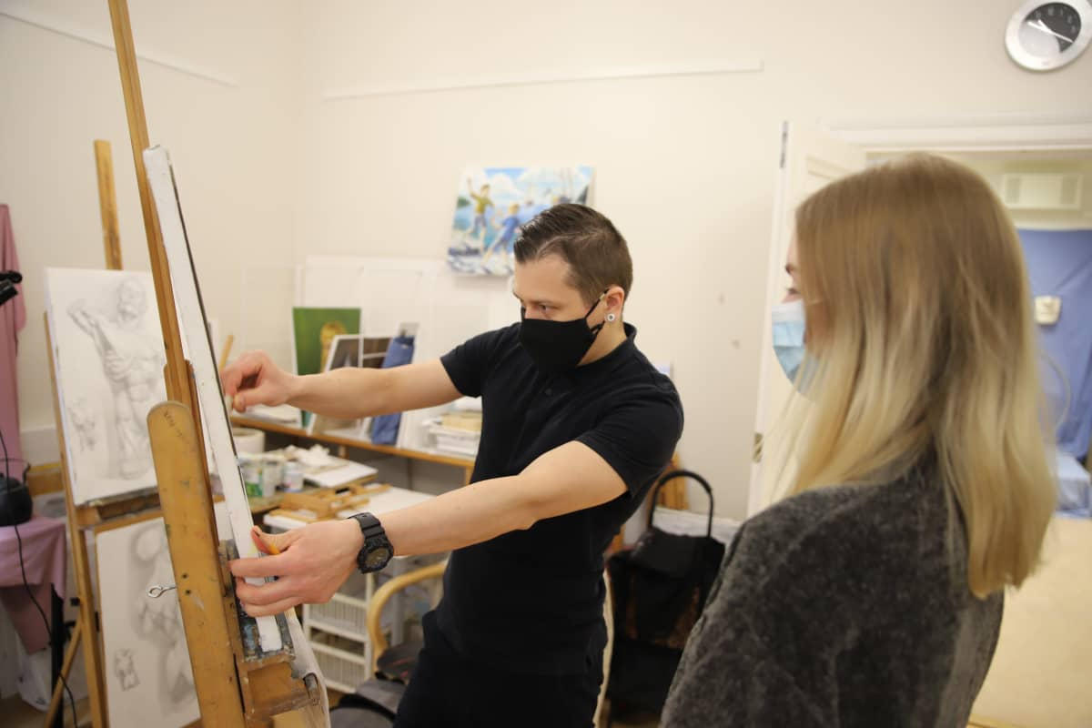 Repin-instituutin Opettaja Igor Baranov opettamassa Katja Fortunaa.