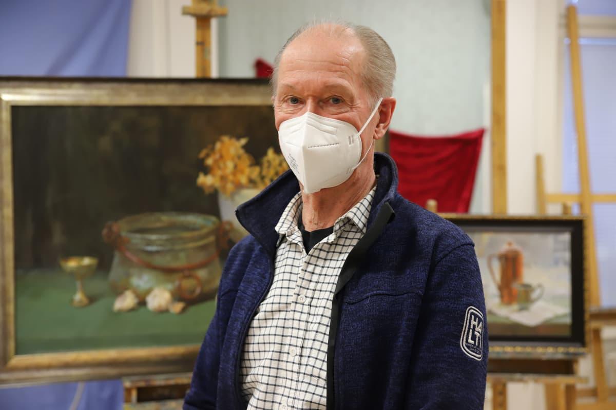 Taiteilija Risto Paasi Repin-instituutissa.