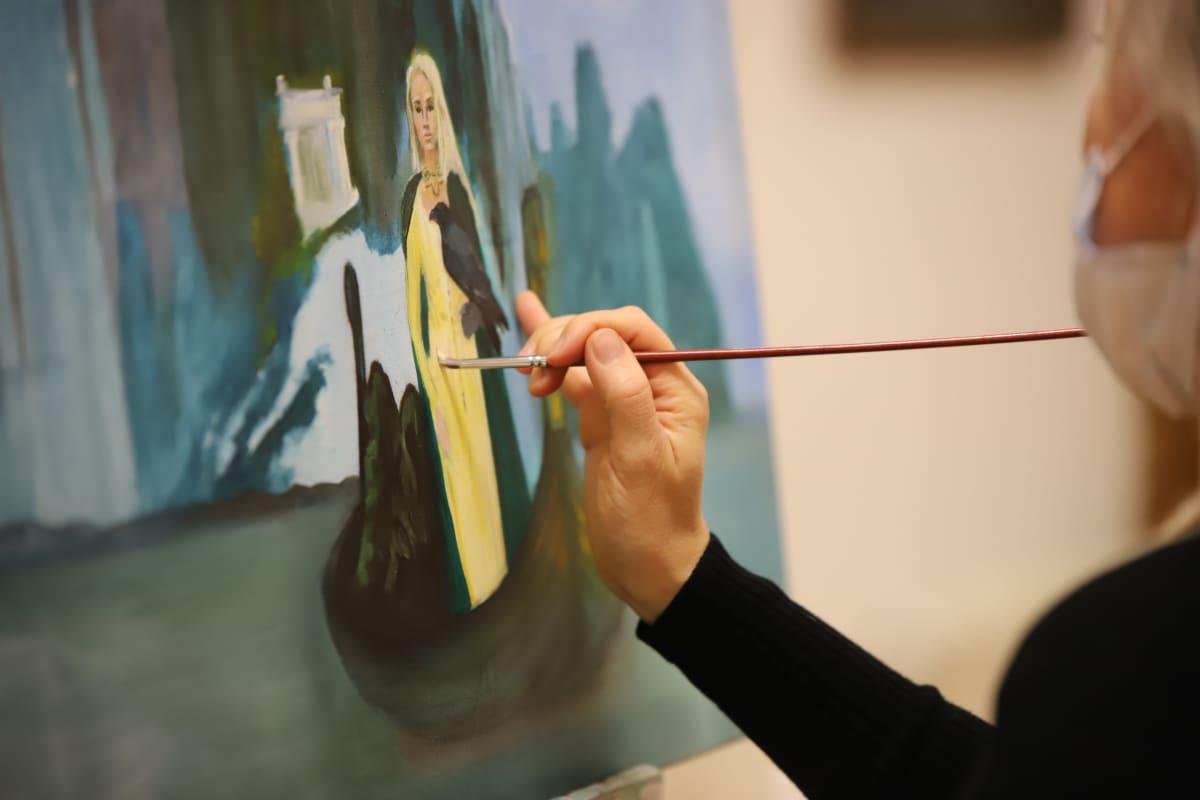 Olga Kaigorodtceva maalaamassa Repin-instituutissa Kotkassa.