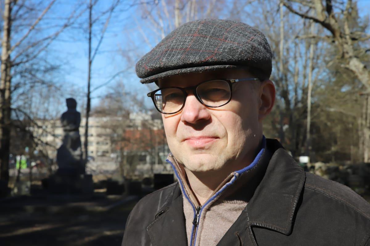 Heinolan teknisen toimen johtaja Harri Kuivalainen katsoo kameraan, lähikuva