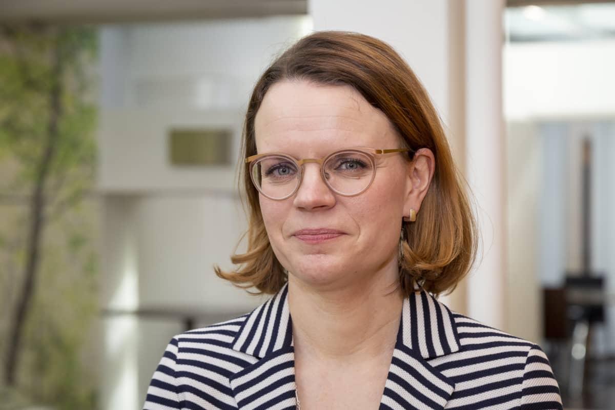 Lakiasiainjohtaja Kati Malinen Veronmaksajain Keskusliitosta puolilähikuvassa.