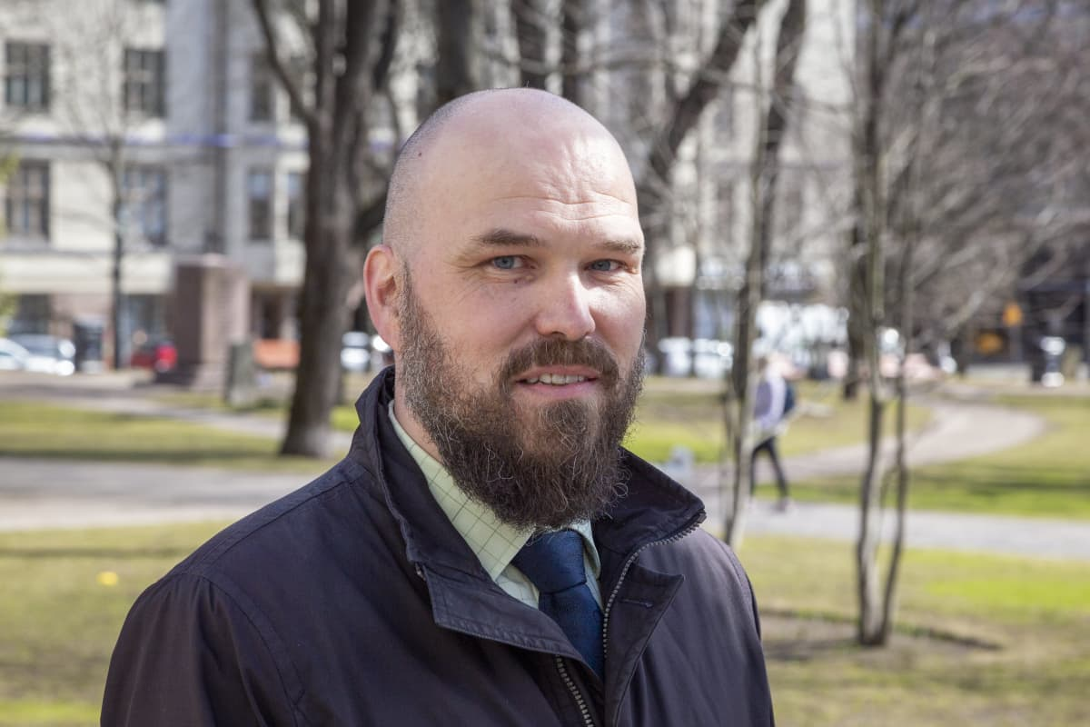 Johtava veroasiantuntija Sami Varonen Verohallinnosta puolilähikuvassa.