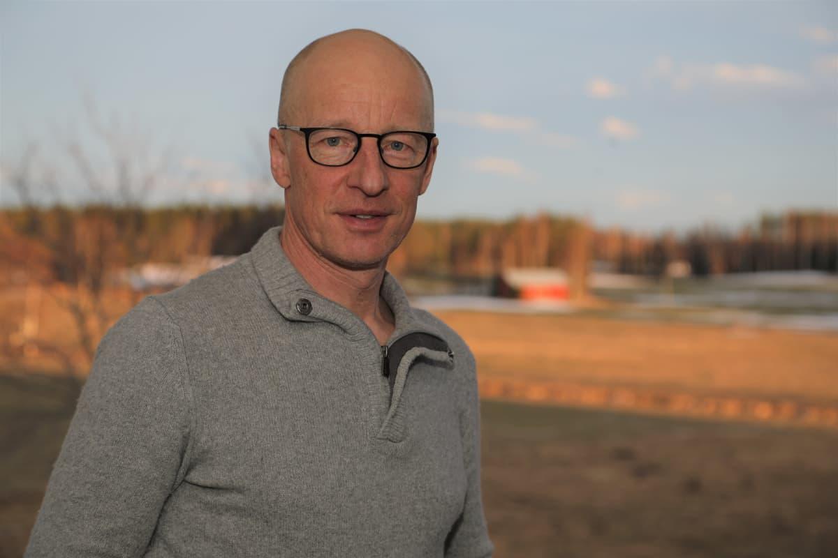 Martti Mäkelä kotitilansa maisemassa Pihtiputaan Muurasjärvellä.